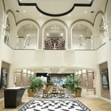ロビーホールは2F吹き抜けで英国スタイルの建造物で西欧の雰囲気が素敵☆ リニューアルで白基調のモダンクラッシックで新しいテイストに生まれ変わりました。