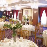 英国のマナーハウスをイメージした赤と青を基調としたシックな会場。シャンデリアがゴージャスな雰囲気を醸し出す