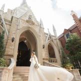 中世ヨーロッパの様式を取り入れた荘厳な大聖堂が神聖な挙式の舞台に。周囲を流れる花嫁の穢れを落とす清らかな水。聖堂内を照らす美しいシャンデリアの煌めき。その一つひとつが温かな感動を呼び、ふたりの誓いは生涯の人生を支える確かな力になっていく。