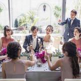 ふたりもテーブルに入って一緒に乾杯!歓談の時間も大切にしつつ、感謝の想いを直接伝えられる。