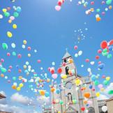 大聖堂前のガーデンでのバルーンリリース。ゲストと共に空をバルーンで彩ろう♪