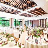【パーティ会場】テーブルクロスやフラワーデザインなどふたりの希望を丁寧に聞きながらプランナーがカタチにしてくれる