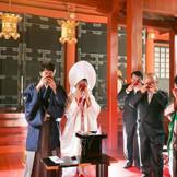 赤い朱塗りが素敵な渡殿。 「日光の氏神様」と親しまれる神殿で厳かな挙式が叶います。