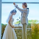 天窓からそそぐ陽光の中で二人も両親も、そしてゲストも幸せな明るい表情がいっそう引き立つ