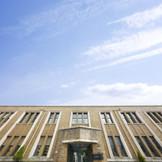 姫路市の景観重要建築物に指定された、歴史を感じるスクラッチタイルを全面に敷いた外観が目印に。