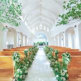 陽光あふれる祭壇。くもりひとつない花嫁姿を家族には特等席でで見てもらえる