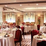 披露宴会場「アカンサス」はクラシカルなおもてなしスペース。最大90名着席可能なダイニングで笑顔と祝福に満ちた祝宴を。