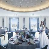 昨年、インテリアを一新。ホテル最上階のスカイバンケット。南欧の鄭空をテーマにした白亜の会場。