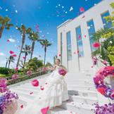 挙式後はガーデンでみんなから温かなフラワーシャワーでの祝福を浴びて