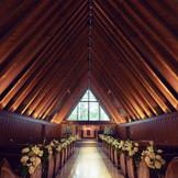 正面の大きな窓から差し込む陽光とハープの音色に導かれ、挙式が始まる。