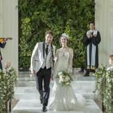 花嫁の大好きな花に見守られながら、 緑をバックにバージンロードを一歩一歩、 永遠の幸せへと向かう。 「おめでとう」の歓声とともに、 祭壇の緑もお二人を祝福するでしょう。