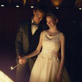 夕刻のキャンドル挙式は幻想的であたたかな雰囲気がより一層際立つ。大切な人との絆をつむぐ「結び灯」に感動が込み上げる。
