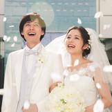 ゲストの笑顔とフラワーシャワーがお2人を祝福
