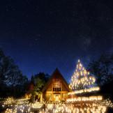 夏と冬に開催される人気行事「キャンドルナイト」。約2000個のキャンドルが教会中庭を幻想的に彩る。