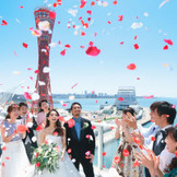 挙式の後は、最上階のスカイガーデンで祝福のフラワーシャワー