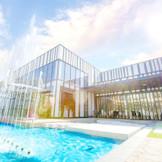 デイパーティーの邸宅レガーレ。太陽の光が水面に乱反射しさらに輝きを増す。