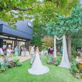 緑あふれるガーデンでは挙式後から披露宴まで時間にウェルカムパーティも楽しめる