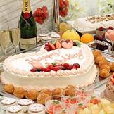 出来立てでゲストにサーブされるこだわりのケーキ