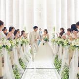 関東最大級のホワイトチャペル【ル・アンジュ】ガラスと光のバージンロードは下から光を浴びることによって新婦様をより美しく映し出してくれます。ナイトウェディングにもGOOD!