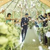 ~木の香り・水の音・心地よい木漏れ日・季節の風~。四季の訪れを感じる風や水のせせらぎ。10年20年後の記念日でも、まるで昨日のことのように思い出せる幸せな記憶と想い。そんな結婚式になるように願いを込めて。