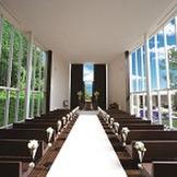 木の香りに包まれたチャペルには、両サイドの大きなガラス窓からあふれんばかりの光が差し込む。高い天井にはオルガンの音色と聖歌隊の清らかな歌声が響き、より感動を高めてくれる/90名まで参列可能
