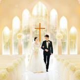 たくさんのクリスタルが煌めくチャペル。光が反射してキラキラと輝き、純白のドレス姿を一層美しく引き立てます。