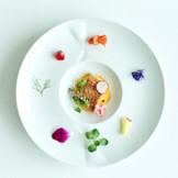 自慢の美食の数々は、会場に隣接するキッチンからできたてをお届け。ゲスト一人ひとりに配慮したおもてなしの一皿を