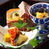 季節の食材で目にも鮮やかな盛り付け。ゲストのもとに運ばれる度に歓声が上がる。