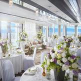 25F「アリエージュ」 地上90mから見渡す琵琶湖や街並みが おもてなしのひとつ。 ゲストの近くにふたりで歩み寄り、 会話を楽しむ アットホームなパーティが叶います。