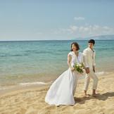 """おふたりと家族の""""結い""""を深める、ふたつのビーチフォトツアー。沖縄の海の魅力をたくさん楽しめるよう、ふたつのビーチフォトツアーをご用意。"""