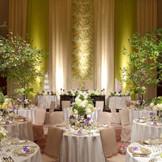 1階の披露宴会場「アルゴス」。広々とした上質空間はこだわりの演出やコーディネートで自在に変貌をとげる。 上品なピンクとグリーンで、大人可愛いパーティ会場へ。