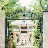 アイアンの門の向こうには、「結婚式の街」と謳われる南フランスの街並みが広がる。