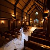 20mあるバージンロードは純白の大理石で造られ花嫁を美しく輝かせてくれる