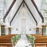 高い天井から輝くシャンデリアと窓からあふれる自然光で明るいチャペル