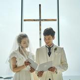 祭壇には、目の前に広がる美ら海・青い空と重なるように存在感あるティファニー製の十字架がおふたりを見守ります。