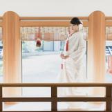 奥の院御神殿『御廊下』八重垣の郷を背景に歩む新郎新婦の姿は伝説の地にふさわしい