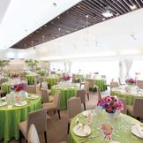 ナチュラルテイストのコーディネイトも映える、シンプルですっきりした披露宴会場。『徳島』で『結婚式』を挙げるなら『ノビアノビオ』。