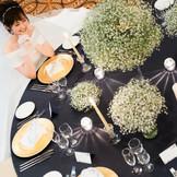 ネイビー×ゴールドのテーブルコーディネートにかすみ草のキュートさをプラス。【大人かわいい】を演出