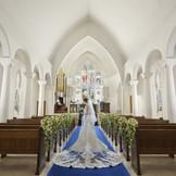 長さ20mのロイヤルブルーのバージンロードと、120年以上の時を刻んだステンドグラス。格調高い本格的なチャペルです。