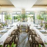 「完全貸切」のパーティルーム。【アークエンジェル】。60名までの収容可能で、家族や少人数パーティを希望のカップルから大人気!会場を一歩出ると緑と青空・噴水の水の音が聞こえる大自然な空間!