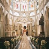 100年以上前、英国の教会で使用されていたステンドグラスから降りそそぐ光に花嫁の美しさが重なり合い、幻想的なシーンを演出