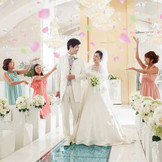 【St.Brillia Wedding Church/セントブリリアウエディングチャーチ】クリスタルが一面に煌めき、頭上には豪奢なシャンデリアが