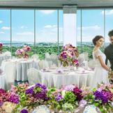 人気会場【眺林】二面窓から広がる景色が美しく、開放感感じる披露宴会場。さらに1フロア貸切なのでプライベート感も感じられる。
