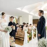 """白を基調としているチャペルはより一層、新郎新婦様を際立てます♪ """"キズナ wedding"""" 家族の絆をL字バージンロードで表現してみては..."""
