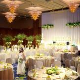 上質ホテルウェディング叶う【シルバンホール】圧巻の天井高と広々としたホワイエなど、ホテルのメインバンケットに相応しい会場。