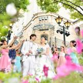 大階段でゲストに祝福されながらの華やかなフラワーシャワーセレモニー!仙台駅前徒歩3分とは思えない程、ケヤキ並木の緑豊かに囲まれた好立地ロケーションで優美なウエディングを♪