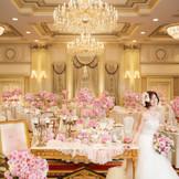 可愛らしい雰囲気に囲まれた花嫁。ロイヤルホール