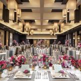 最上階の披露宴会場・リュクス。ラグジュアリーな装花が似合う会場