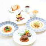 「サザンビーチホテル&リゾート沖縄」内にある本格フレンチレストラン「オルキス」で贅沢にコース料理を堪能。