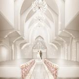 白石に囲まれた厳粛な聖壇。真っ白な佇みに天使が舞い降りる。そんな雰囲気で永遠の愛を誓えるチャペル。